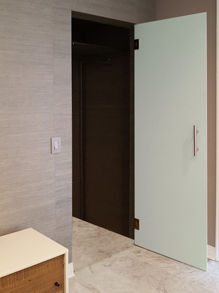 Врата от бяло стъкло