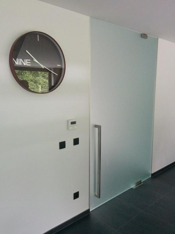 Изместен център стъклена врата