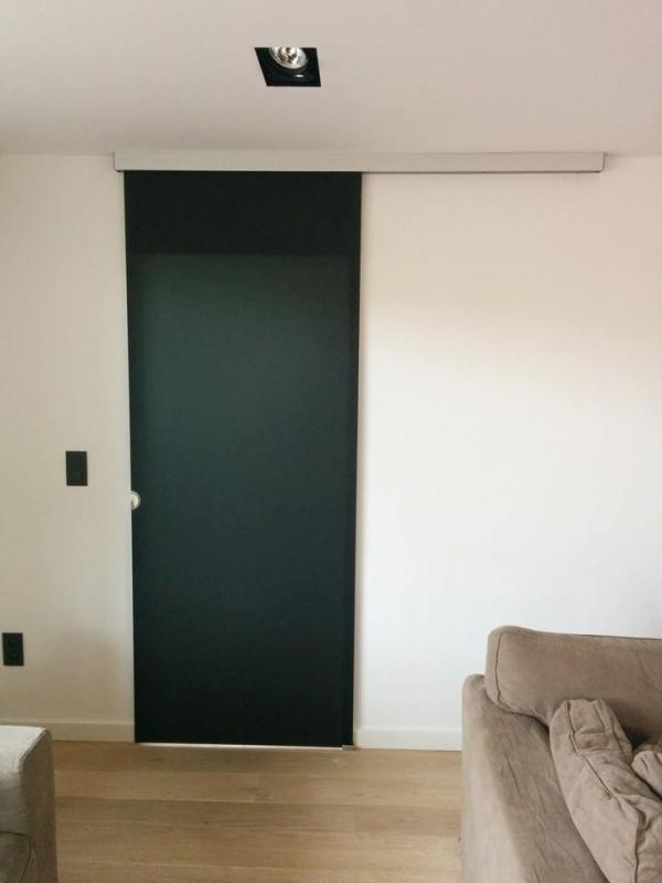 Плъзгаща се стъклена врата с черно стъкло