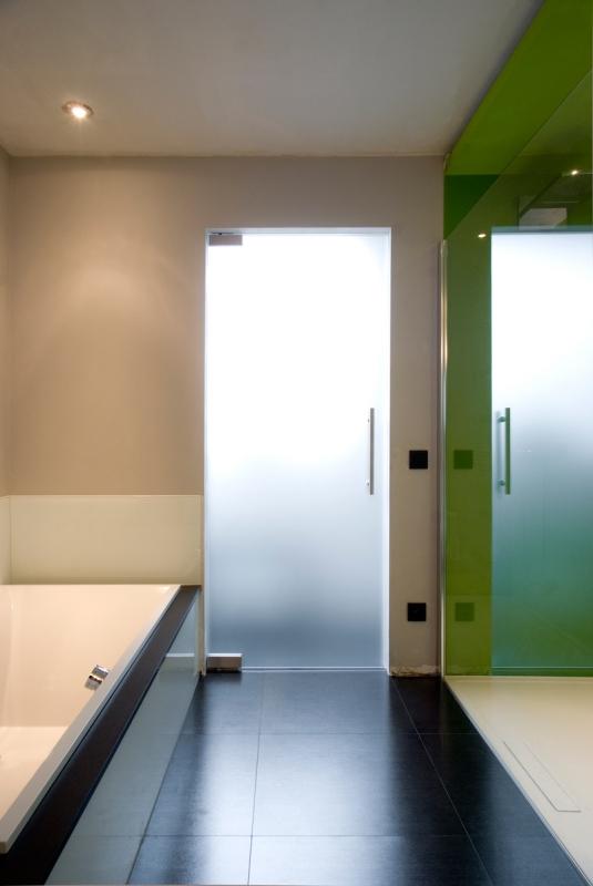 Стъклена врата - мат за баня