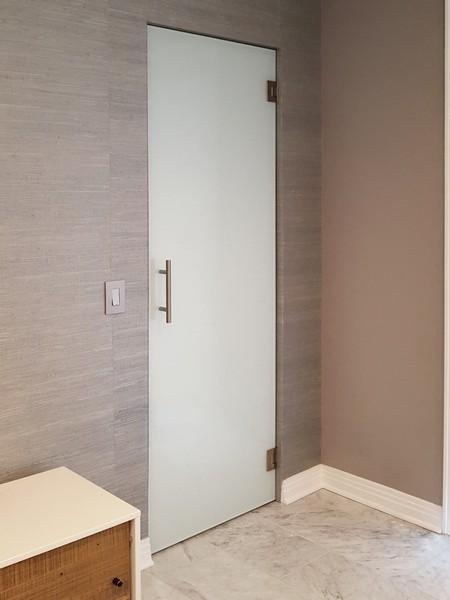 Стъклена врата от бяло стъкло