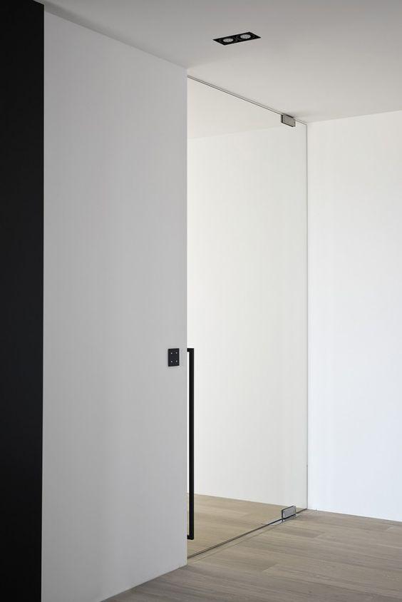 Стъклена врата с изместен център