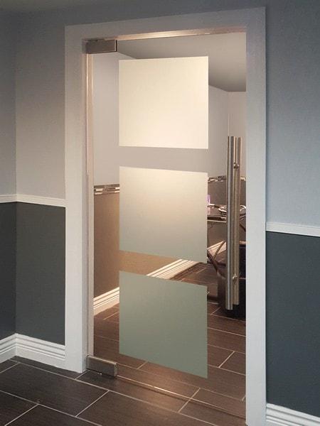 Стъклена врата с матови квадрати