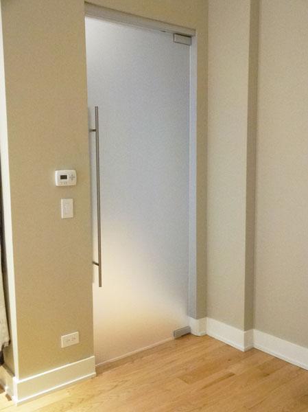 Стъклена врата с обков инал