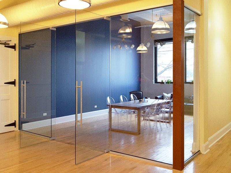 Двойна врата и стъклена преграда