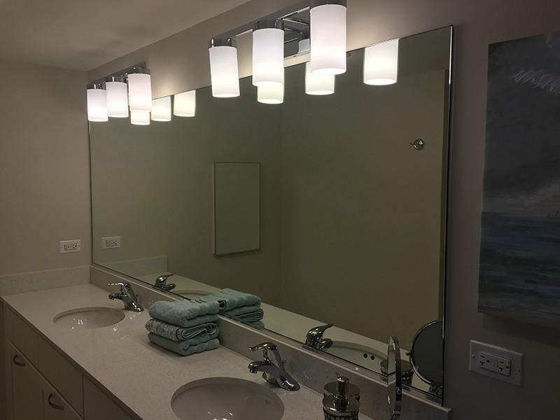 Огледало върху плот на мивка
