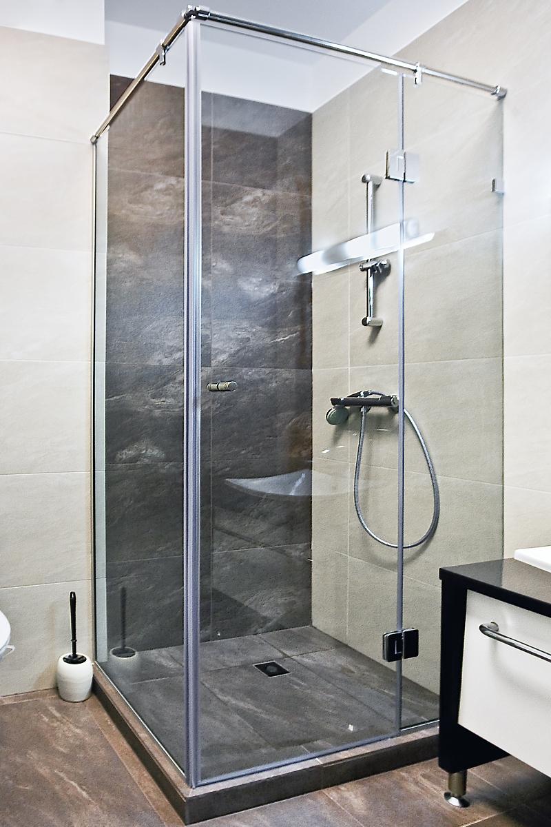 ъглова прозрачна душ кабина